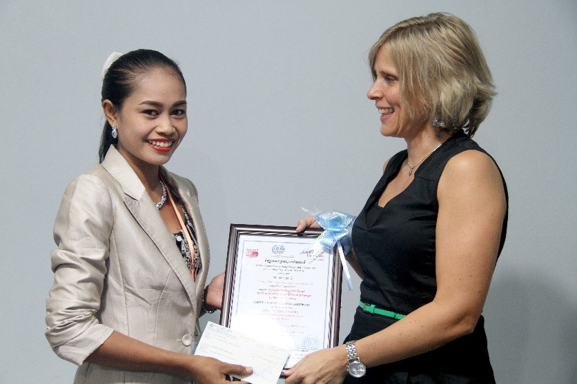 Channy receives the prize from Programme Manager Esther Germans